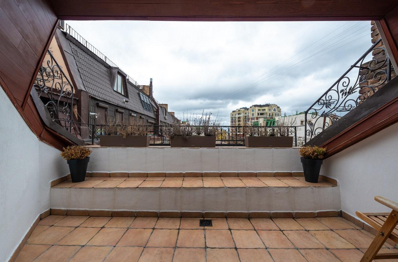Anti mousse terrasse : comment choisir le bon produit ?