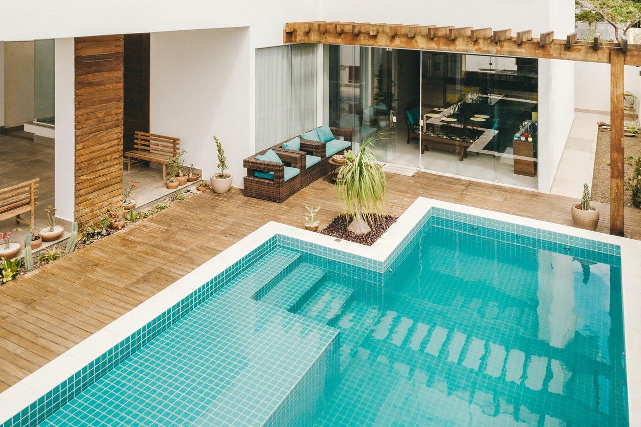 Comment faire la pose d'une terrasse en bois autour de la coque d'une piscine ?