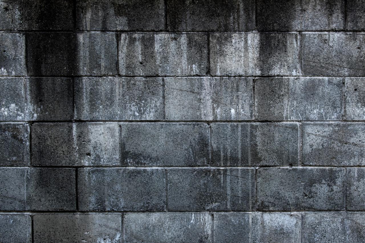 Comment habiller un mur en parpaing extérieur ?