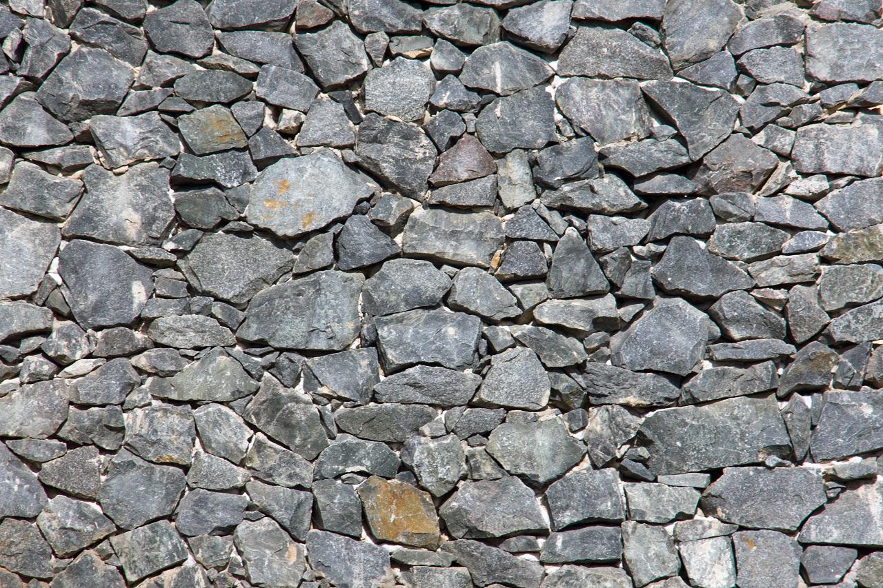 Comment se passe la construction d'un mur en pierre à l'ancienne ?